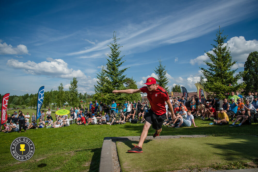 Simon Lizotte is out for at least two weeks after hurting his right knee. Photo: Eino Ansio, Disc Golf World Tour